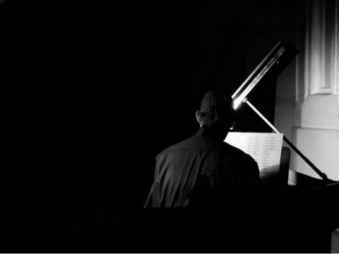 """Saulius Auglys atlieka Ričardo Kabelio """"Opus Magnum"""". J. Jurkūno nuotr."""