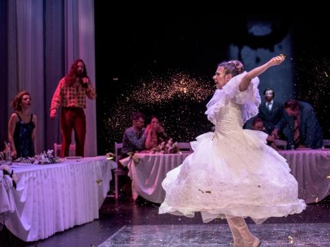 """Scena iš spektaklio """"Ponia bus patenkinta, arba Veikalas apie paskutines vestuves Kamyko kaime"""". G. Noo Wako nuotr."""