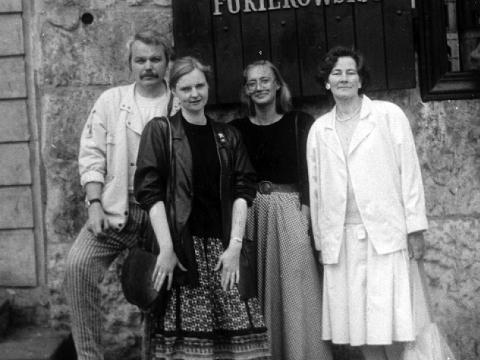 Lietuvos AICA steigėjai 1989 m. gegužę: pirmas iš kairės Viktoras Liutkus, antroji – Laima Laučkaitė, ketvirtoji – Ingrida Korsakaitė ir dailės istorikė Jolanta Širkaitė