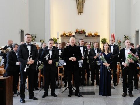"""Orkestras """"Ąžuolynas"""" ir solistai, dirigentas Ugnius Vaiginis. D. Čėplos nuotr."""