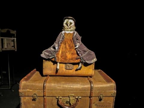 """Lėlių spektaklis """"Raudonoji knyga"""". Alberto Roca Macia nuotr."""