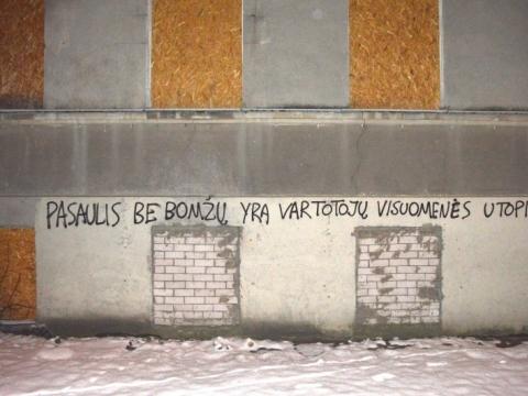 """Graffiti užrašas: """"Pasaulis be bomžų – tai vartotojų visuomenės utopija"""". Tomo Čiučelio nuotr."""