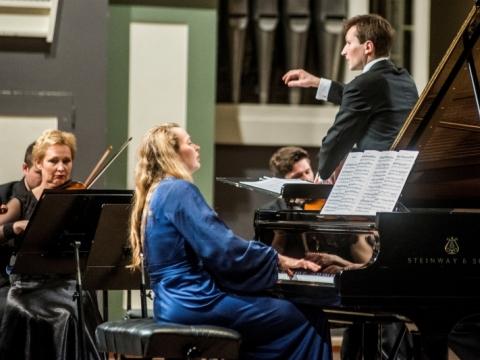 Pianinu groja Anastasia Injushina, diriguoja Modestas Barkauskas. D. Matvejevo nuotr.