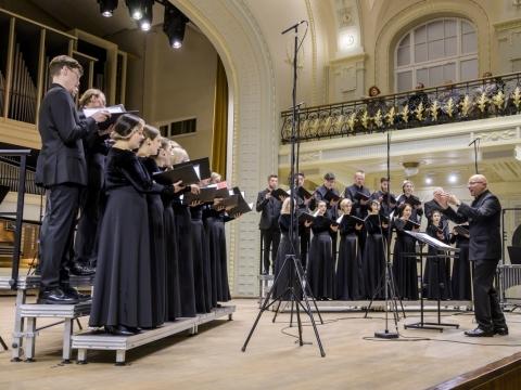 """Choras """"Jauna muzika"""" ir Vaclovas Augustinas. D. Matvejevo nuotr."""
