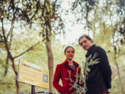 Kamilija Teklė Čižaitė su Zacu Rogeriu Yeatesu prie instaliacijos Berlyne