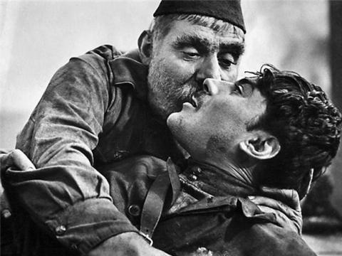 """Kadras iš Rezo Čcheidzės filmo """"Kareivio tėvas"""""""