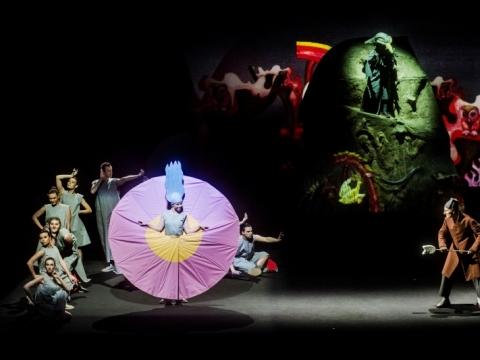 """Scena iš spektaklio """"Kaulinis senis ant geležinio kalno"""". D. Matvejevo nuotr."""
