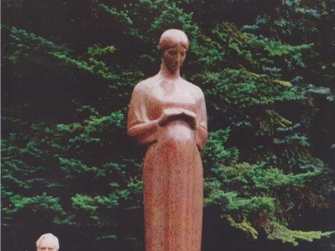 """Leonas  Žuklys, """"Motinystė"""" (Vilniaus Antakalnio klinikinės ligoninės kieme). 2000 m. Šalia stovi mecenatas gydytojas Rimvydas Sidrys"""