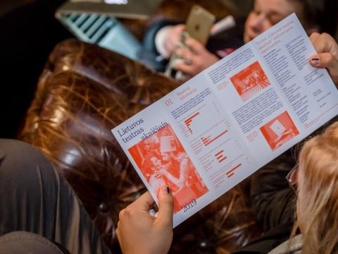 """""""Lietuvos teatras skaičiais 2019"""" lankstinukas festivalio """"Sirenos"""" klubo lankytojos rankose. D. Putino nuotr."""