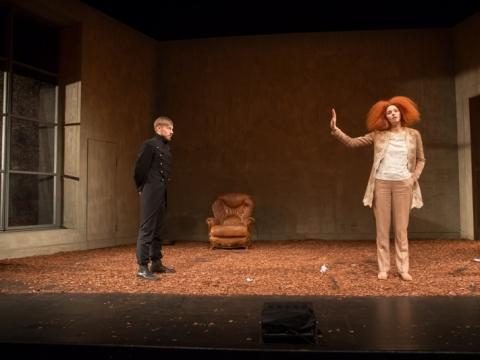 """Elžbieta Latėnaitė (Elžbieta) ir Daumantas Ciunis (Mortimeras) spektaklyje """"Marija Stiuart"""". M. Siruso nuotr."""