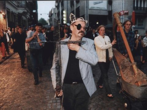 """Algirdas Martinaitis procesijoje po """"Pietos"""" atlikimo. 1998 m. J. Staselio nuotr."""