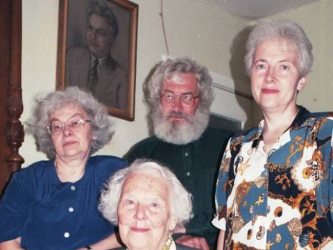 Meilė Lukšienė (sėdi), dukra Ingė Lukšaitė (kairėje), sūnus Rimtis Lukša ir dukra Giedrė Lukšaitė- Mrazkova. E. Tervidytės nuotr.