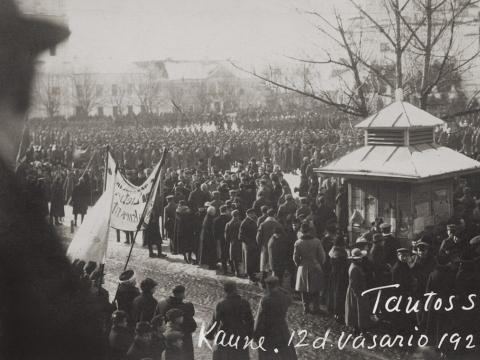 Minia, susirinkusi į Vasario 16-osios šventę Kaune, Viešojoje (dab. Rotušės) aikštėje. 1920 m. LNM nuotr.