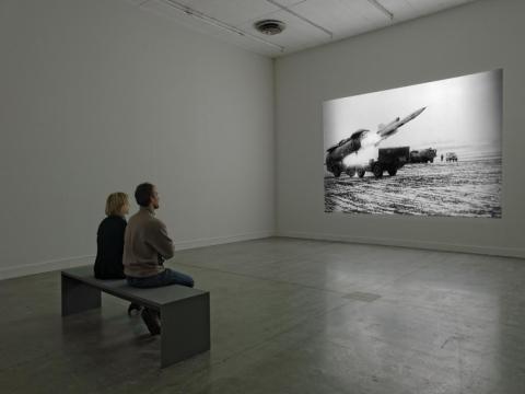 """Deimantas Narkevičius, """"Nesprogusios bombos poveikis"""", """"Le Magasin"""" galerija, Grenoblis, 2013 m. B. Adilono nuotr."""