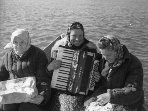 """Apie 1950 m. latvių tremtinės plaukia valtimi švęsti Lyguo. Krasnojarsko kr. Nuotrauka iš: Gaila Kirdienė. """"Lietuvių ir latvių muzikinis-kultūrinis bendravimas sovietmečiu politinio kalinimo ir tremties vietose""""."""