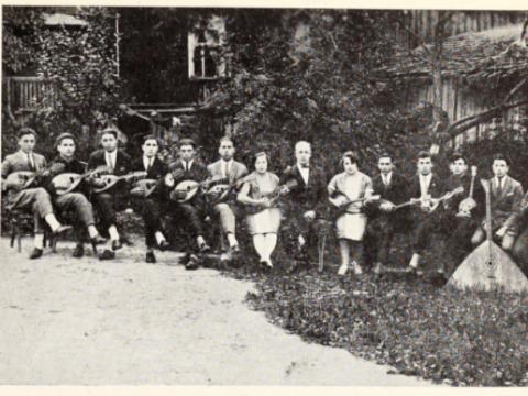 """""""Cvi Mitlanskio styginių orkestras. Sėdi iš dešinės į kairę: 1) Michaelis Chasdo (žuvo per Holokaustą) 2) Tuvija [Levter] (žuvo per Holokaustą) 3) poetas Šimšonas Kahanas (žuvo per Holokaustą) 4) Jona Svirski 5) Izaokas Vilkiskis (žuvo per Holokaustą) 6) Sonia Mitlanski (žuvo per Holokaustą) 7) dirigentas Cvi Mitlanskis (žuvo per Holokaustą) 8) Niuta Mitlanski 9) Nachumas Cvi (žuvo per Holokaustą) 10) Saliamonas Aronovičius (žuvo per Holokaustą) 11) Dovas Giršovskis 12) Juozapas Šubas 13) Izaokas [Zandmanas] (žuvo per Holokaustą) 14) Elijas Kocas (žuvo per Holokaustą)"""""""