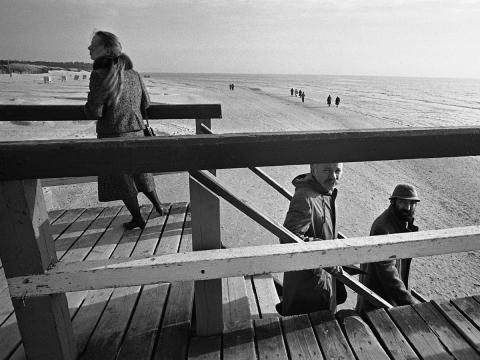 Petras Repšys (antras iš dešinės) su dailininku ir bičiuliu Algimantu Švėgžda Palangoje 1988-aisiais. Fot. A. Kunčius, LNM
