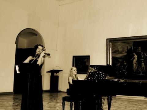 Smuikininkė Ieva Pranskutė, pianistė Morta Grigaliūnaitė