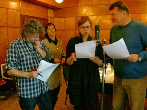 """T. Zaikausko pjesė """"Visada yra ką pasakyti"""". Iš kairės: režisierius Augustinas Gricius, garso režisierė Sonata Barčytė-Jadevičienė, aktoriai Aldona Vilutytė ir Dalius Mertinas"""