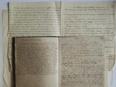 1835 m. Simono Grosso rankraštinė gramatika ir Kazimiero Būgos ranka rašyta Eduardo Volterio parengta programa, sudaryta 1903 m. slavistų suvažiavimo lietuviškajai sekcijai