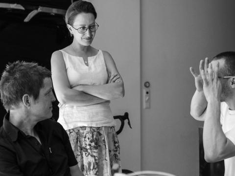 """Malmės """"Lilith Performance Studio"""" steigėjas Petteris Petterssonas ir Živilė Etevičiūtė lankosi menininko Julijono Urbono studijoje. R. Statulevičiūtės-Kaučikienės nuotr."""