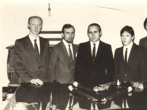 Antanas Smolskus su savo mokiniais. Iš kairės: Vladas Černiauskas, Kastytis Mikiška, Antanas Smolskus, Žilvinas Čaplikas, Vaidas Mikutavičius. Nuotrauka iš asmeninio archyvo