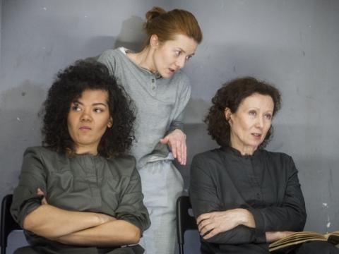 """Oneida Kunsunga, Rasa Samuolytė ir Nelė Savičenko spektaklyje """"Terapijos"""". D. Matvejevo nuotr."""