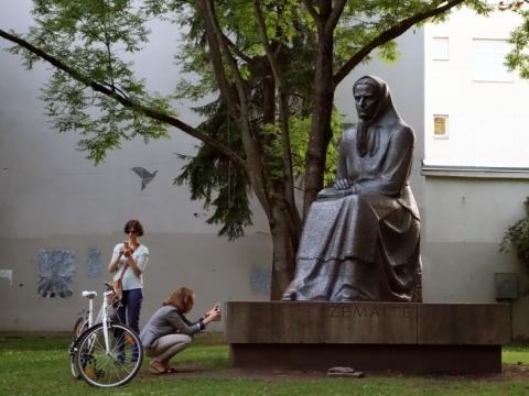 Žemaitė (Julija Beniuševičiūtė-Žymantienė, 1845–1921). Skulptorius – Petras Aleksandravičius, architektai – Algimantas ir Vytautas Nasvyčiai. 1971 m. A. Narušytės nuotr.