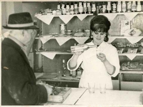 Restorano bufetininkė Zita Pelekienė. 1968 (nuotrauka iš asmeninio Z. Pelekienės archyvo)