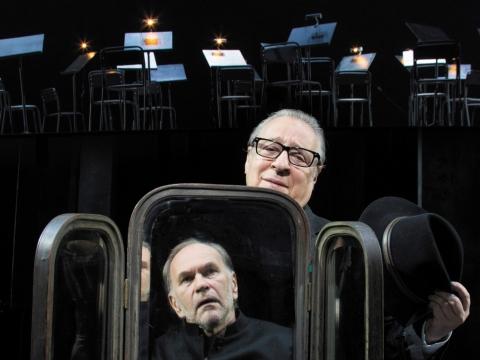 """Aleksejus Guskovas ir Genadijus Chazanovas spektaklyje """"Lemtinga nata"""". J. Vachtangovo teatro archyvo nuotr."""
