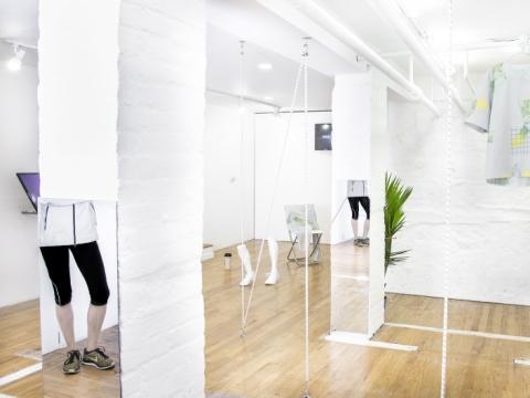 """Neringa Černiauskaitė ir Ugnius Gelguda, """"The Metaphysics of the Runner"""" (""""Bėgiko metafizika"""") . 2014 m. Parodos vaizdas """"321 Gallery"""", Bruklinas, Niujorkas. Daniel Terna nuotr., modelis Stephanie Harris"""