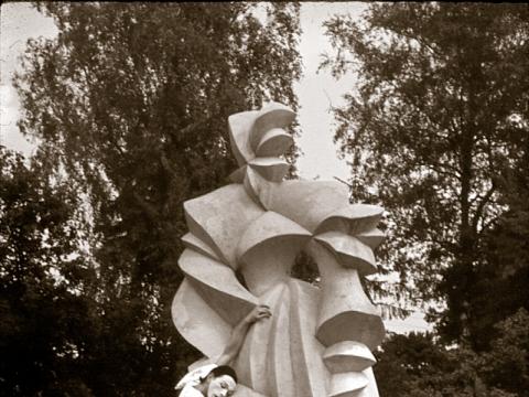 Zigmas Banevičius prie Vlado Vildžiūno kuriamos Barboros Radvilaitės skulptūros. Vildžiūnų šeimos archyvo nuotr.