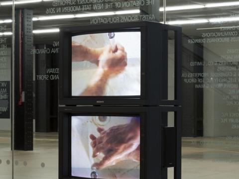 """Bruce'o Naumano instaliacijos """"Washing Hands Normal"""" / """"Įprastas rankų plovimas"""" (1996) vaizdas """"Tate modern"""". M. Greenwood nuotr. © Bruce Nauman / ARS, NY and DACS London 2020"""