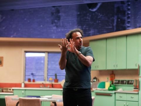 """Režiserius Alejandro Gonzales Iñárritu """"Žmogaus paukščio"""" filmavime."""