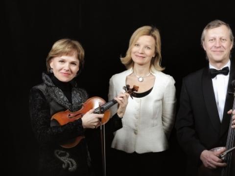 """Trio """"Kaskados"""" – Rusnė Mataitytė, Albina Šikšniūtė, Edmundas Kulikauskas. LNF archyvo nuotr."""