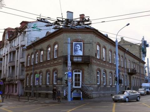 """Eglės Grėbliauskaitės instaliacija """"Į šaltą mūrą atsitrenkus iš savo sapno nubudau"""""""
