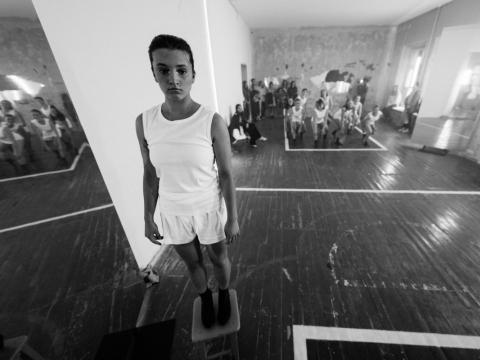 """Scena iš šokio spektaklio """"Me Two / Savoj krūvoj"""". G. Jauniškio nuotr."""
