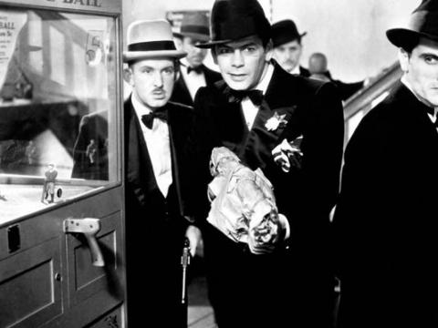 """Kadras iš filmo """"Žmogus su randu"""" (rež. Howard Hawks, 1932)"""