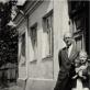 Mikalojus Vorobjovas su dukra Maša prie namų Žvėryne. 1941 m. pavasaris. Iš LDM archyvo