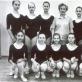 IX laidos mokinės su pedagoge Lili Navickyte‑Ramanauskiene. Rūta Railaitė – trečia pirmoje eilėje iš kairės; Loreta Bartusevičiūtė – antra antroje eilėje iš kairės. Asmeninio archyvo nuotr.