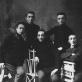 Vilniaus piešimo mokyklos mokiniai 1912 m. Pirmas iš kairės – M. Kikoinas, dešinėje stovi F. S. Zarfinas