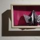 """Eglė Kuckaitė, """"Origamis"""", stiklas, medis, akrilas, nuotrauka iš interneto (1963 m. Pasadenoje netoli Los Angeles Nortono Saimono muziejuje vyko Marcelio Duchamp'o retrospektyvinė paroda. Marcelis eksponavo nuotrauką, kurioje žaidė šachmatais su nuogu modeliu Eva Babitz). 2014 m. A. Narušytės nuotr."""