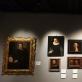 """Valdovų rūmuose surengtos parodos fragmentas, iš dešinės į kairę: Alessandro Allori, """"Didiko su juodu apsiaustu ir ovaliu rėmeliu dešinėje rankoje portretas"""", Francesco Traballesi, """"Jaunuolio su pirštinėmis portretas"""", Giovanni Maria Butteri, """"Frančesko I de Medičio portretas"""", Guido Reni, """"Vyro galva"""", Annibale Carracci, """"Dviejų senių galvų studija"""", Anton Domenico Gabbiami, """"Džiuliano Damio(?) portretas"""", Agnolo di Cosimo (Bronzino), """"Jauno vyro portretas"""", Agostino Carracci, """"Moters portretas"""", Alessandro Rosi, """"Kleopatros mirtis"""". K. Bukovskytės nuotr."""