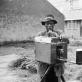 "David Goldblatt, ""Minutėle. Fotografas"" (Johanesburgas). 1955 m."