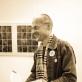 """Ričardas Šileika demonstruoja """"Mažąją galeriją"""". T. Ivanausko nuotr."""