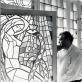 Eduardas Balsys prie Antano Galecko vitražo savo namuose. XX a. 7 deš., Valerij Koreškov fotografija, saugoma Lietuvos literatūros ir meno archive