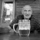 """Richard Schofield, """"Back to Shul"""". 2017 m. 2 diena —— Trečiadienis, rugpjūčio 2 d. —— 17.26 Praeinu pro surūdijusį plūgą, įsinarpliojusį į gyvatvorę, ir atsiduriu apleistoje turgaus aikštėje, kur sutinku Praną – vienintelį čia esančio baro savininką ir klientą, alų jis patiekia pats sau. Mudu prisėdame lauke pasikalbėti. Anot Prano, daugiau nei tūkstantis žmonių, daugiausiai žydai ir keli vietiniai komunistai, buvo išžudyti Vištytyje per tris 1941-ųjų vasaros mėnesius. Saugodami kulkas, vaikus galva trenkdavo į medį. Pranui tuo metu buvo septyneri. Jis viską gerai prisimena. Nesunku suvokti, kodėl žmonės čia nebenori gyventi."""