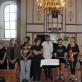 Audra Juodeškienė sveikina po koncerto Rusnės bažnyčioje. Autorės nuotr.