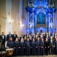 """Choras """"Vilnius"""" su solistais ir vyr. dirigentu Artūru Dambrausku po baigiamojo koncerto. D. Matvejevo nuotr."""