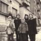 Prie vaikystės namų Tauro gatvėje. Iš kairės: Andrius Meškauskas, Tomas Venclova, Rita Bulavaitė, Vladas Bulavas, Ingrida Korsakaitė. XX a. 5-asis deš.